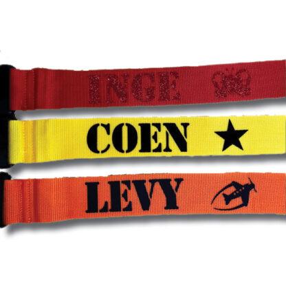 kofferriemen rood, geel, oranje met naam Inge, Coen en Levy
